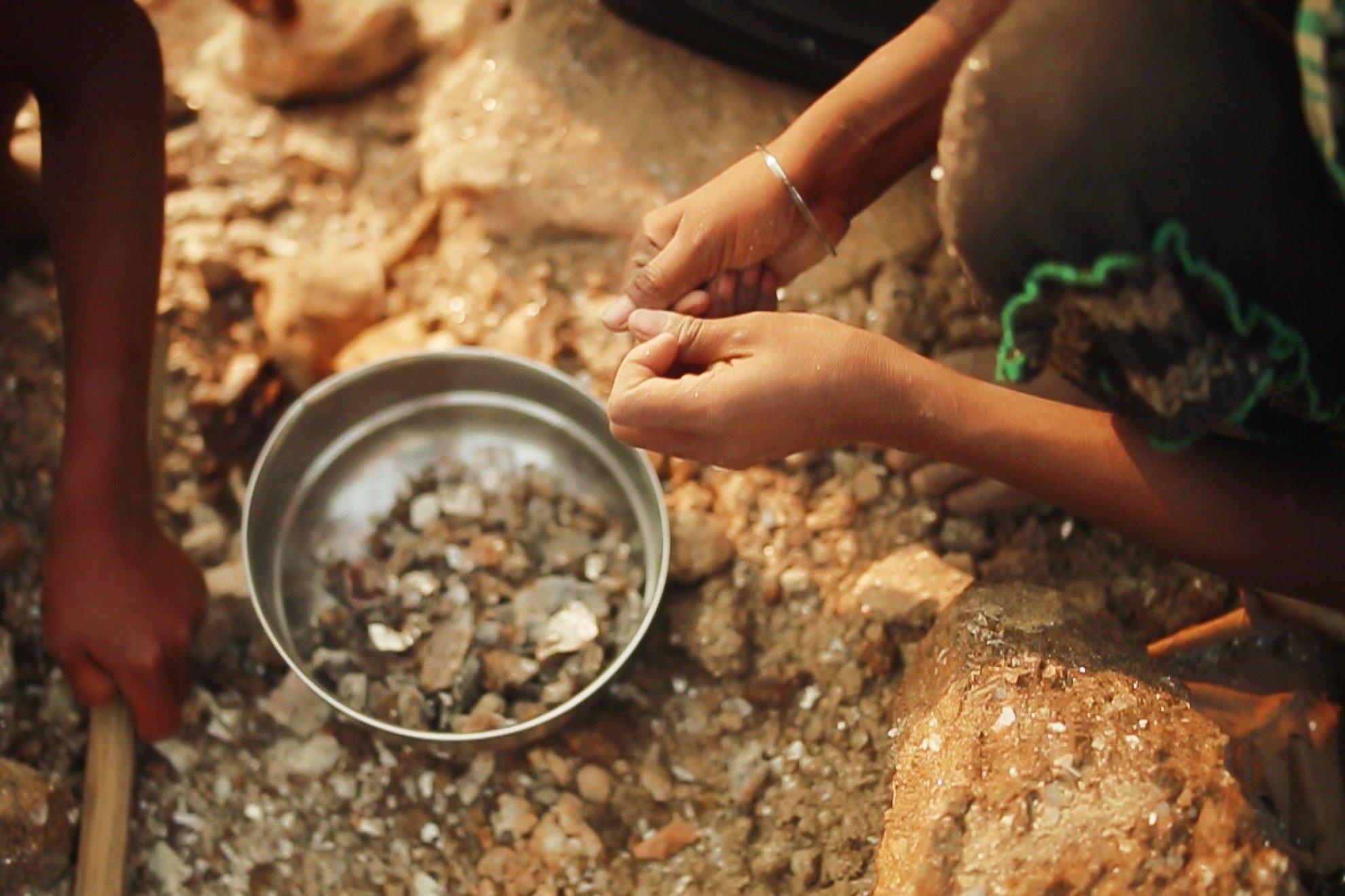 India-Hands-mining_MIAFW